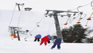 Sciatori sulle piste di Cortina d'Ampezzo, in una immagine di archivio. In vista delle vacanze natalizie e grazie all'abbassamento delle temperature ed il contestuale utilizzo della neve artificiale Cortina d'Ampezzo si appresta ad aprire una serie di impianti di risalita e piste da sci. Da sabato 17 dicembre apriranno le quattro seggiovie Socrepes, Tofana Express, Pie' Tofana e Pomedes, a creare un vasto comprensorio, alle falde della Tofana, sul lato destro della conca d'Ampezzo. ANSA/ANDREA SOLERO