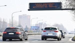 +++ Ripetizione corretta con le targhe delle auto oscurate +++ Controlli della Polizia Municipale per gli elevati valori di smog a Torino, 20 febbraio 2017. E' scattato alle 8 di questa mattina, a Torino, il divieto di circolazione per le auto diesel Euro 4. Lo stop, che riguarda circa 100 mila veicoli, è scattato per effetto delle norme antismog più restrittive varate dalla giunta comunale, che hanno effetto proprio a partire da oggi, dopo che per sette giorni consecutivi Arpa - l'Agenzia regionale per l'ambiente - ha registrato una concentrazione di Pm10 superiore ai 50 microgrammi al metro cubo. ANSA/ALESSANDRO DI MARCO