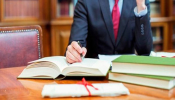 Sospeso dalla professione il legale che agisce contro il cliente per recuperare i crediti senza rinunciare al mandato