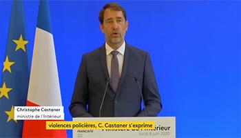 Francia, il Ministero dell'Interno vieterà con una legge di prendere per il collo le persone in stato di arresto