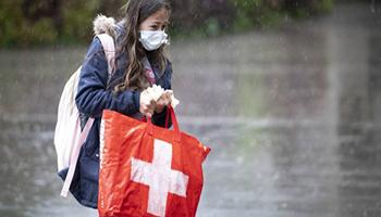 Coronavirus, impennata di contagi in Svizzera: governo ordina chiusura di bar e ristoranti alle 23