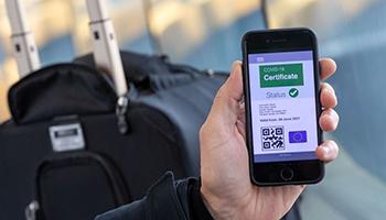 Doppia dose e rischio quarantena per viaggiare in Europa: il green pass Ue non segue quello italiano