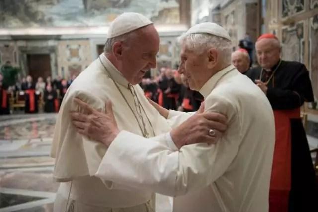 Lo storico incontro tra Papa Benedetto e Papa Francesco in Vaticano (ph. Reuters)