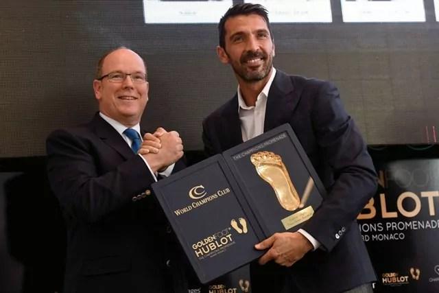 Gianluigi Buffon riceve il Golden Foot Hublot Award 2016 dal principe Alberto di Monaco (ph. Hublot)