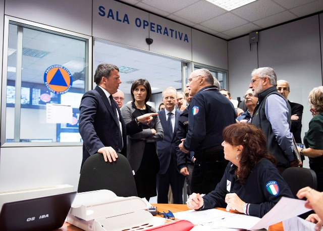 Il presidente del Consiglio Matteo Renzi in visita alla sala operativa della Protezione civile a Torino