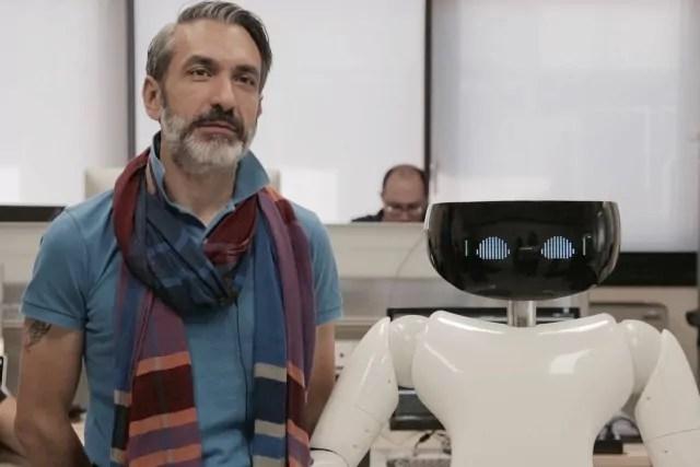 Il personal humanoid R1 e il suo ideatore Giorgio Metta (ph. Iit)