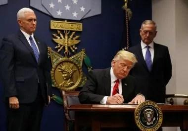 Trump firma il Muslim ban (ph. Reuters / Carlos Barria)