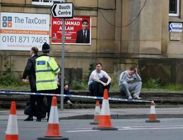 Giovani scampati all'attentato kamikaze alla Manchester Arena (ph. Reuters A. Yates).