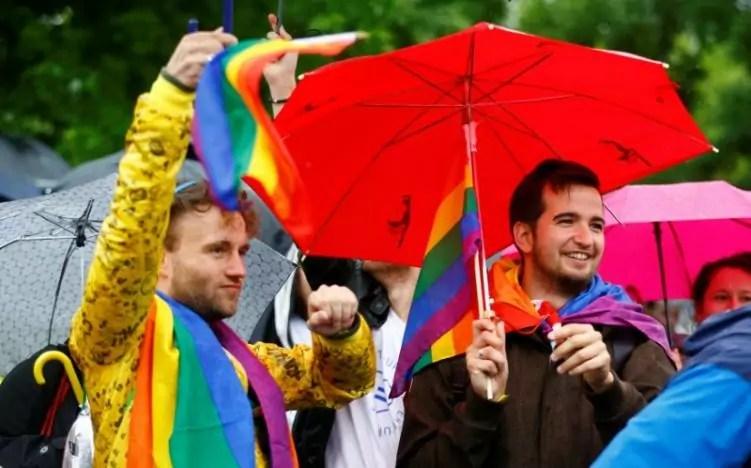 Matrimonio gay, una manifestazione a Berlino davanti alla Camera bassa del Parlamento tedesco mentre si vota la legge sui matrimoni tra persone dello stesso sesso (ph. Reuters / H. Hanschke).