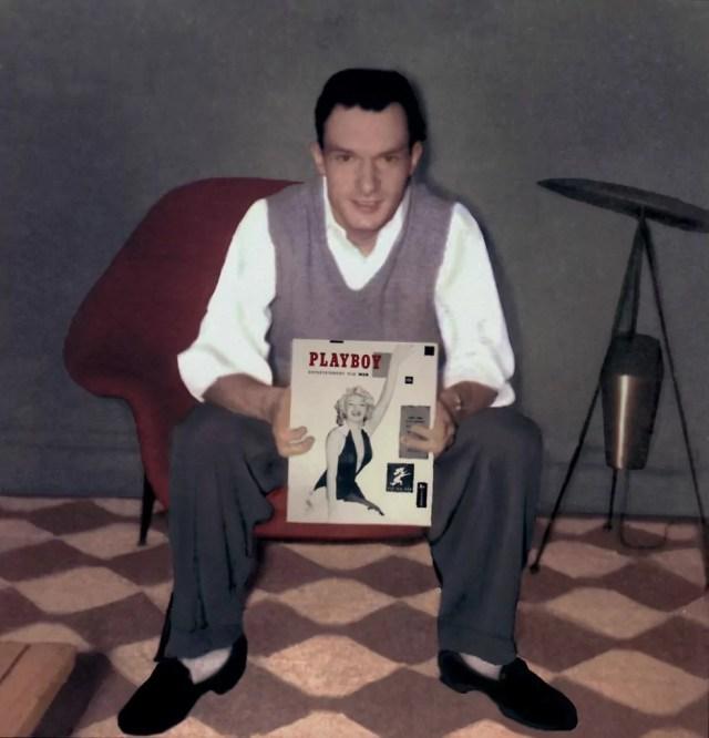 Hugh Hefner con la prima copertina di Playboy del 1953, quella con Marilyn Monroe (ph. Playboy).