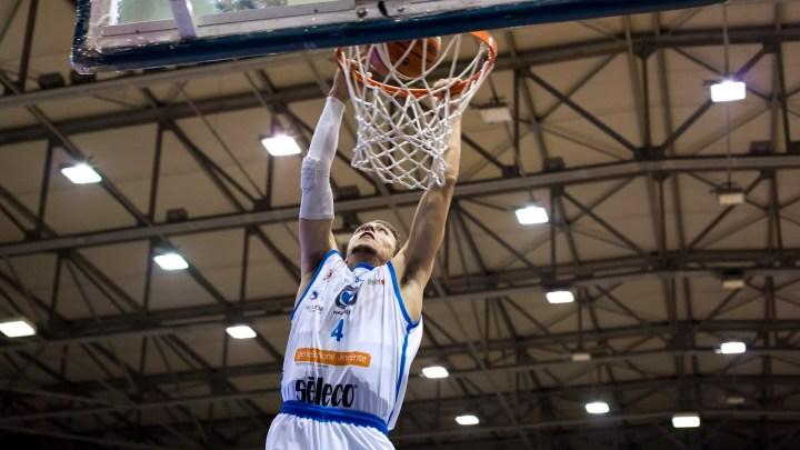Cuore Napoli Basket, Matteo Fioravanti a canestro nel match perso in casa con Benacquista Latina (ph. In24 / M. Solimene).