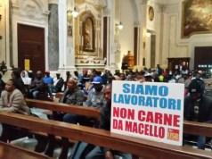 Foggia, cattedrale occupata per protesta dagli immigrati che vivono nella bidonville di San Severo: chiedono al vescovo di mediare con la Regione Puglia.