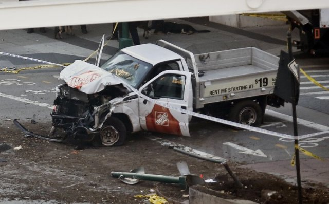 Furgone sulla folla a New York: nella foto il pick up distrutto dopo lo scontro che ha interrotto la sua folle corsa (ph. Apnews).
