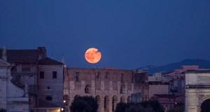 La Superluna nel cielo di Roma sopra il Colosseo il 20 luglio 2016 (ph. G. Masi).