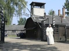 Papa Francesco visita il campo di concentramento nazista di Aushwitz, in Polonia, nel luglio 2016 (ph. Agensir).