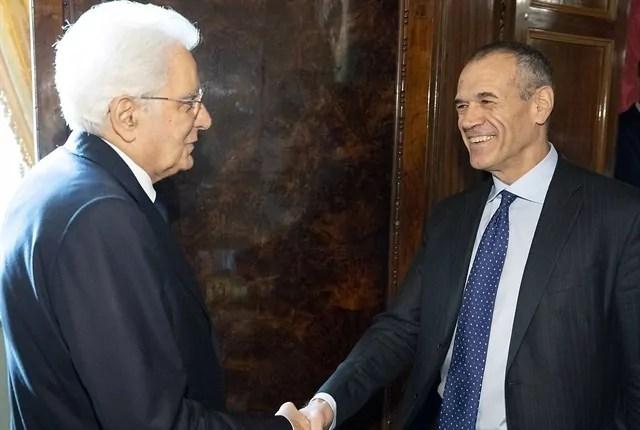 Carlo Cottarelli restituisce il mandato al Presidente della Repubblica Sergio Mattarella