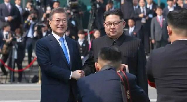 La storica tretta di mano tra i presidenti di Corea del nord e del sud, Moon Jae-In e Kim Jong Un al vertice di Panmunjom il 27 aprile 2018 (ph. InterCorean Summit Press Corps).