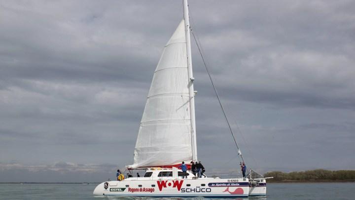 """Il catamarano accessibile """"Lo Spirito di Stella""""."""