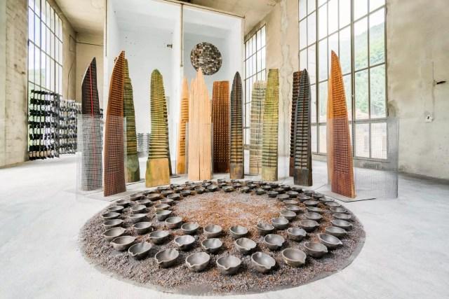 Alla mostra Altri Alfabeti, l'opera di Franca Ghitti Bosco, dei primi anni 80: una installazione con legni e rete metallica, tondo con coppelle di siviera e polvere di ferro (ph. Fabio Cattabiani).