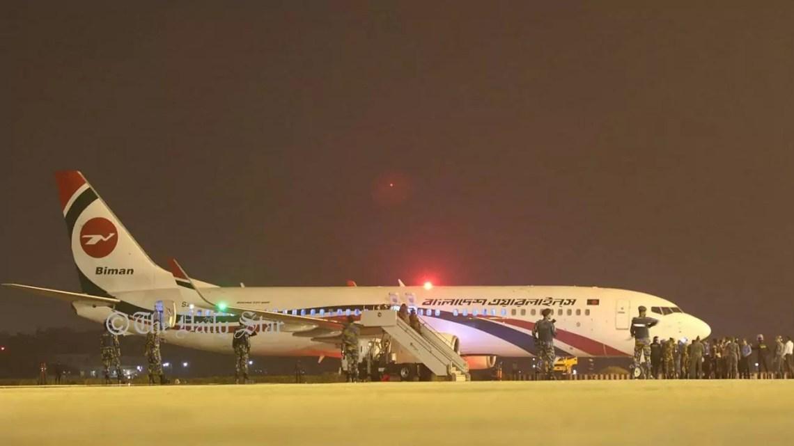 Il Boeing 737-800 in volo da Dhaka a Dubai e dirottato a Chattogram con 148 passeggeri circondato dalle forze di sicurezza all'aeroporto Shah Amanat il 24 febbraio 2019 (ph. Daily Star).