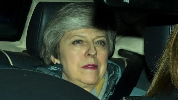 La premier Theresa May lascia Westminster dopo il voto negativo sull'accordo di Brexit (ph. Epa).
