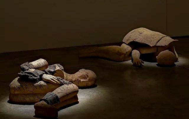 I dormienti di Mimmo Paladino accompagnate dalla musica di Brian Eno in mostra a Milano.