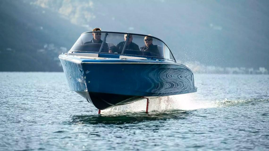 La barca del cantiere Candela Seven con i foil in navigazione sul Lago Maggiore.
