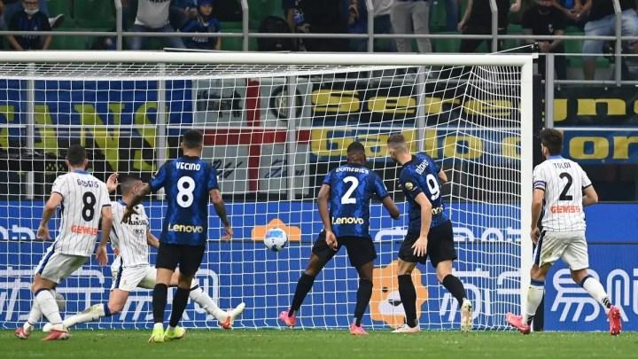 Inter-Atalanta, 2-2: in vantaggio l'Inter con Lautaro, poi la rimonta bergamasca. Negli ultimi minuti, succede di tutto: pareggio di Dzeko, rigore sbagliato di Dimarco per il vantaggio, poi gol annullato all'Atalanta.