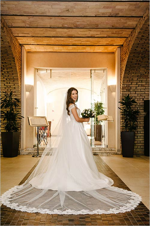 Her Bridal Dress Was Simple And Yet Very Elegant Refined The Look Completed By Romantic White Pink Bouquet Made Of Roses