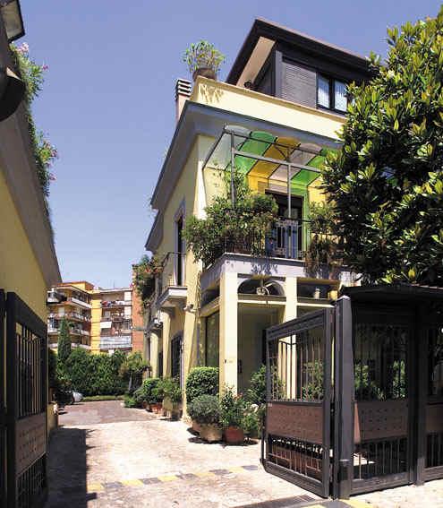Entrée de l'hôtel Villa Medici (Naples, Italie)