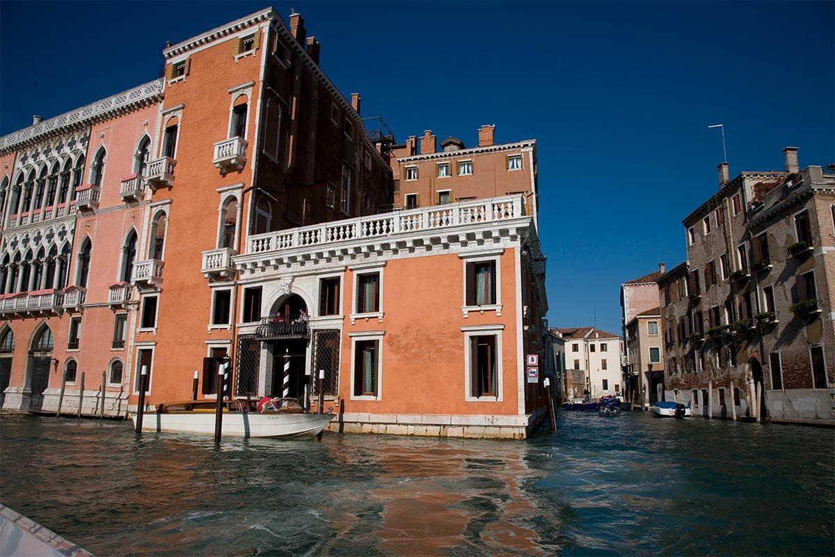 Façade extérieure de l'hôtel Palazzo Barbarigo Venise (vue du Grand Canal)