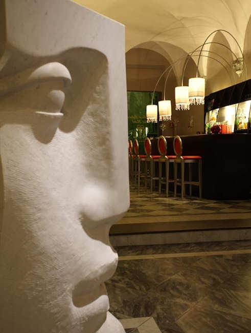 Bar de l'hôtel avec statue en marbre
