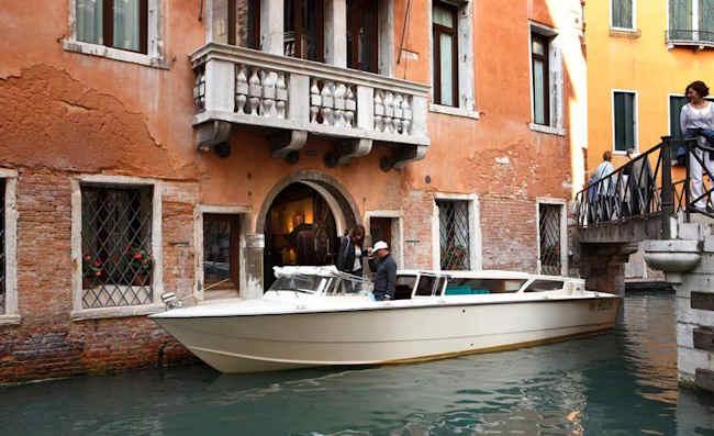 Arrivée en bateau à l'hôtel Aqua Palace