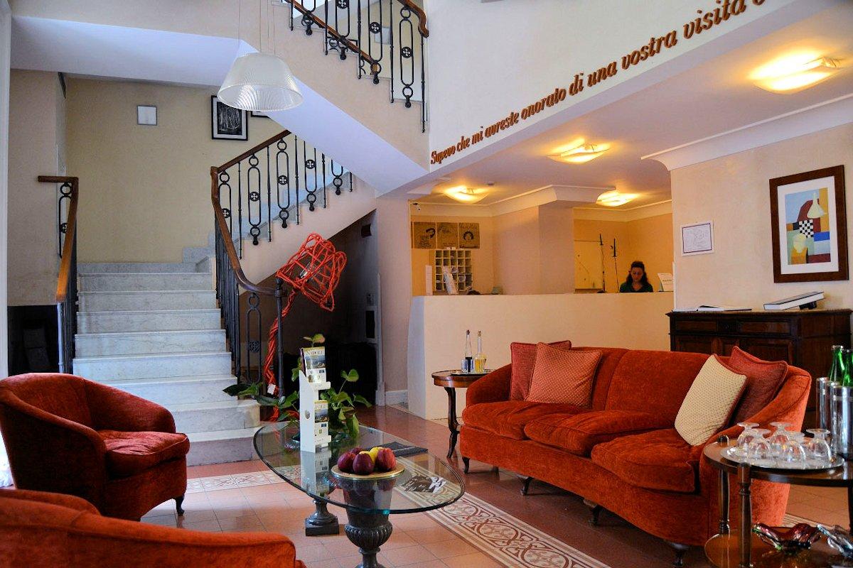 Salon et accès aux chambres Costantinopoli 104 hotel de charme à Naples, Italie
