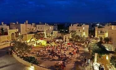 Borgo Egnazia Hotel de luxe dans les Pouilles, Italie : La Piazza en soirée