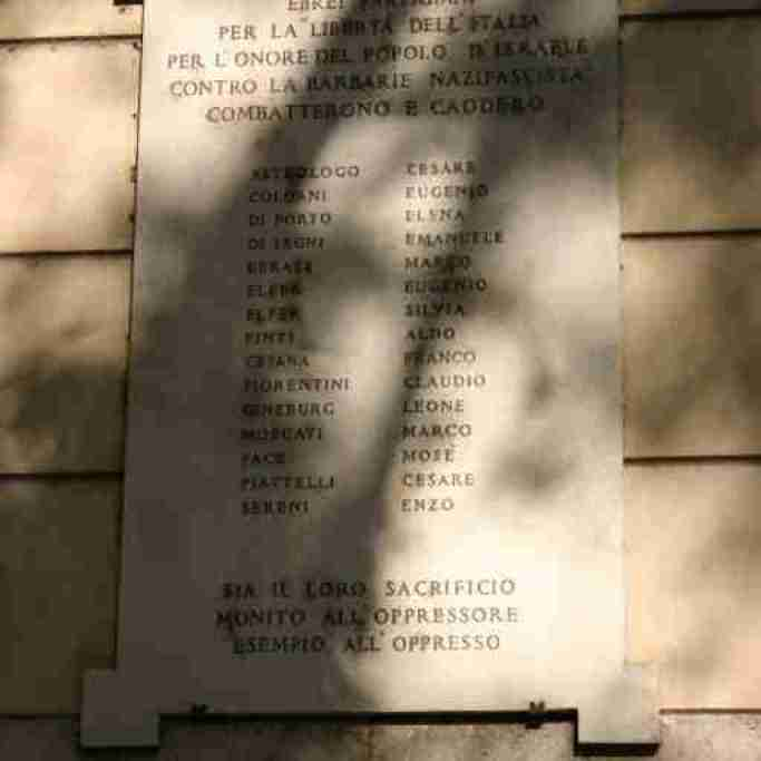 Memorial plaque on the outside of Rome's Synagogue