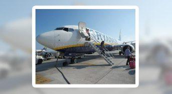Fulmine colpisce aereo in volo, personale di bordo, professionale e tranquillo.