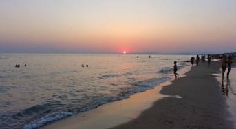 Marina di Acate. Sole, mare e allegra animazione su uno dei litorali più estesi della costa iblea. Video.