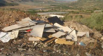 Acate: gli incivili continuano a sporcare i siti agresti.