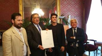 """Palermo, Danza. Orlando consegna ad Andrea Sarri la pergamena """"Tessera preziosa del mosaico Palermo"""""""