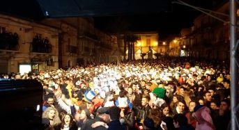 Chiaramonte Gulfi. Una marea umana ha invaso ieri sera piazza Duomo per la seconda serata del carnevale