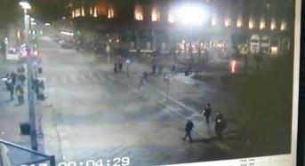 Milano, palme in piazza Duomo. Gruppo di persone da' fuoco pochi minuti dopo mezzanotte