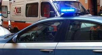 Giovane donna picchia i genitori e gli agenti di Polizia intervenuti