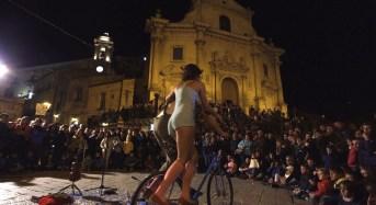 """Conclusa la festa degli artisti di strada """"Ibla Buskers"""" tra atmosfere magiche, esibizioni mozzafiato e riscoperta del quartiere barocco"""