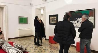 """Grande successo a Vittoria per l'inaugurazione di """"Opere scelte"""" alla Galleria Edonè di via Cavour dove è esposto anche """"Il mare che si muove"""" di Franco Sarnari"""