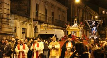 """Settimana Santa nel vivo a Modica prima del """"bacio"""" di domenica a mezzogiorno, domani sera in centro la processione con il Cristo morto e l'Addolorata"""