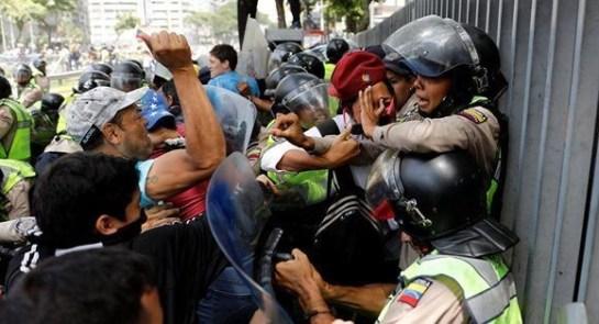 Pacifici oppositori attaccano poliziotti disarmati (Foto Carlos Garcia Rawlins|Reuters)