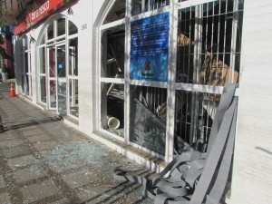 Agência ficou destruída após ação de ladrões (A Gazeta de Jacutinga)