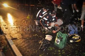 Debaixo de muita chuva, motociclista é socorrido por agentes do Samu