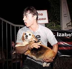 Manifestante resgata beagle do Royal (Edison Timoteo/Futura Press/Estadão)